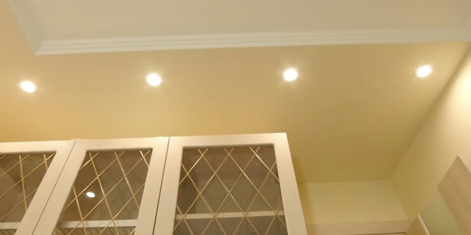 Установка светильников на потолке в СПБ